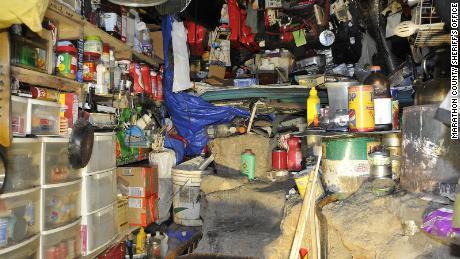 Polisi Wisconsin mengatakan mereka menemukan buronan bersembunyi di bunker bertenaga surya di hutan